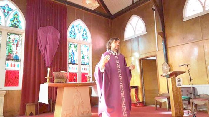 El padre Pepe di Paola en misa en Islas Malvinas