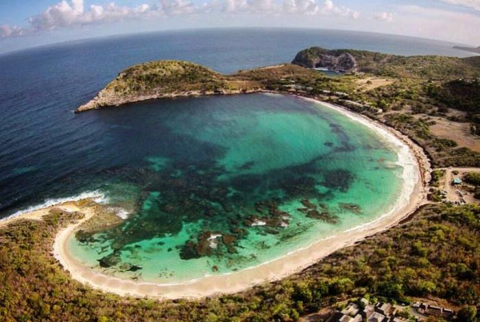 half moon bay de antigua y barbuda